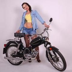 frau mit motorrad