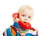 Kind telefoniert mit rotem Telefonhörer