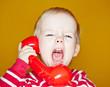 Wütendes Kind schreit in Telefonhörer