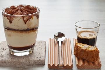 Ital. Herrengedeck aus Tiramisu, Espresso und Cantuccini
