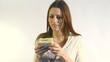 mujer joven comiendo bocadillo