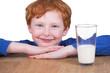 Rothaariges Kind mit Michglas