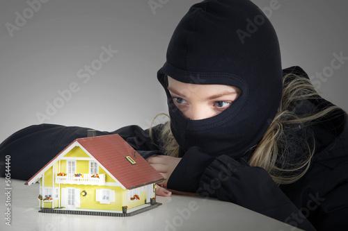 Junge Einbrecherin mit Maske lauert auf Haus Einbruch
