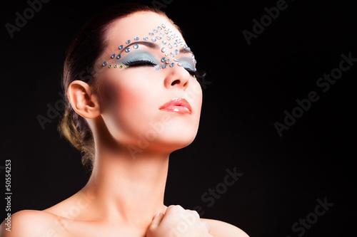 attraktive Frau mit aufwendigem Make-Up