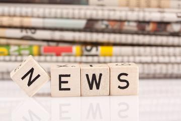 News mit Zeitungsstapel ©yvonneweis