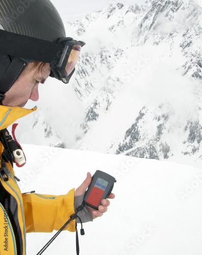 Skifahrer mit LVS-Gerät