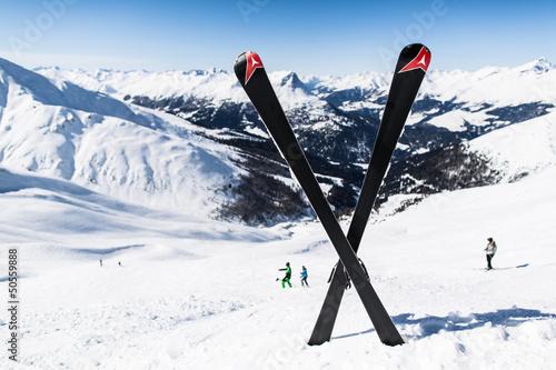 Leinwanddruck Bild Unfall auf der Skipiste mit gekreuzten Skiern
