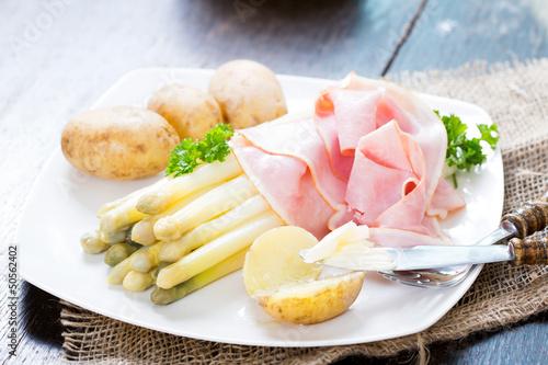 Weisser Spargel mit Kochschinken und neuen Kartoffeln