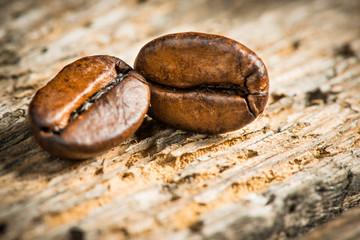 Kaffeebohnen auf Holzbrett - Detailaufnahme