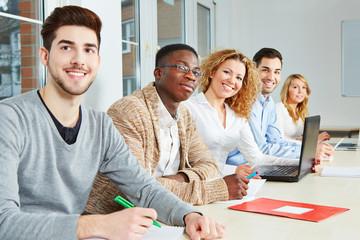 Glückliche Schüler im Unterricht