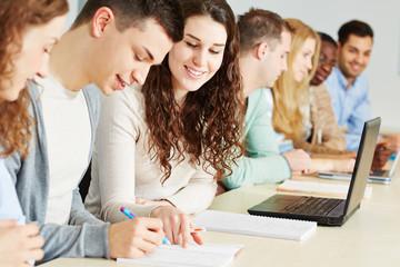 Schüler lernen gemeinsam in Schule