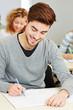 Mann schreibt Klausur in Universität