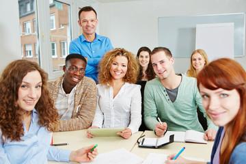 Lehrer mit Studenten im Unterricht