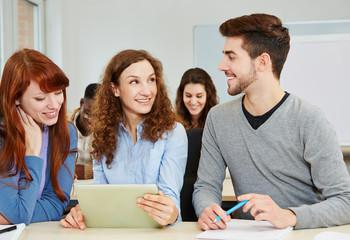 Schüler mit Tablet PC im Unterricht