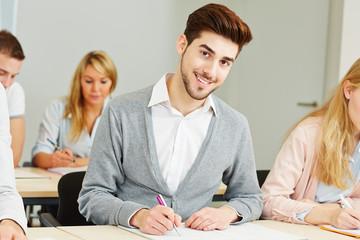 Azubi lernt für Prüfung im Unterricht
