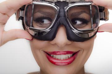 Schöne junge Frau mit Bikerbrille