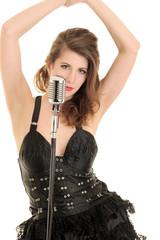 Attraktive brünette Sängerin