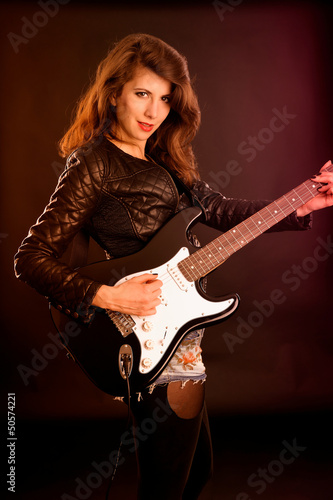 E-Gitarristin in einer Rockband