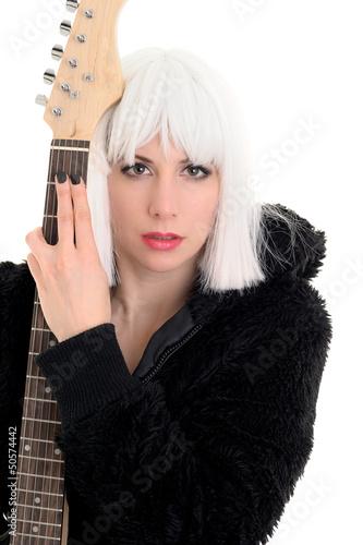 Rockmusikerin hält ihre E-Gitarre