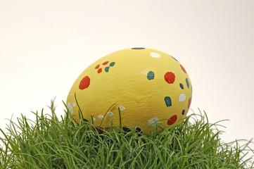Osterei gelb auf Gras