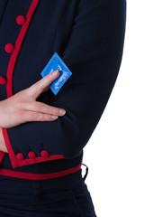 Dominante junge Frau im Hochkant mit blauen Kondom