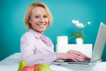frau arbeitet am laptop zuhause