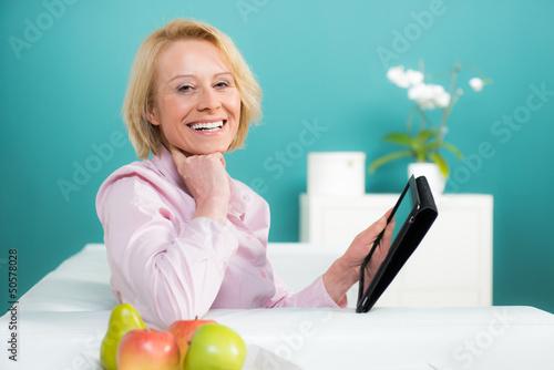 glückliche frau mit touchpad