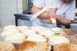 bäckerin füllt hefeteilchen