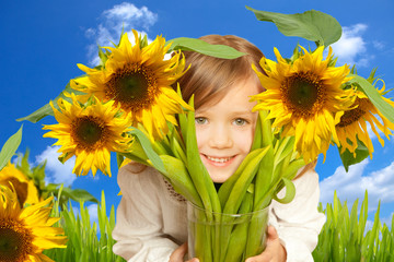 kind mit sonnenblumen