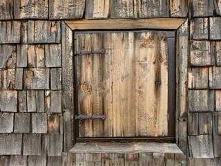 Fenster in Holzwand als Hintergrund