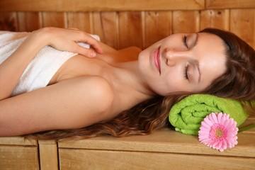 Frau beim entspannen in der Sauna