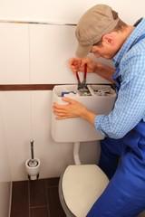Handwerker repariert WC