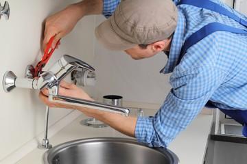 Klempner montiert Wasserhahn 2