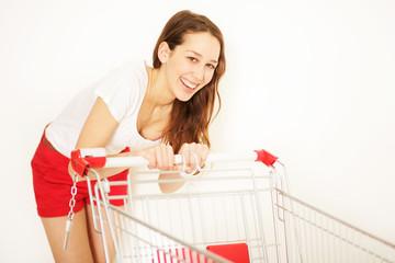junge Frau mit Einkaufswagen