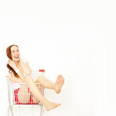 junge Frau im Einkaufswagen