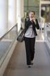 Frau telefoniert bei Geschäftsreise