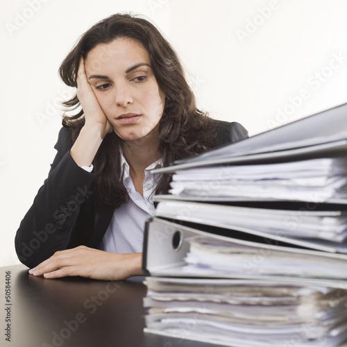 Frau gestresst im Buero