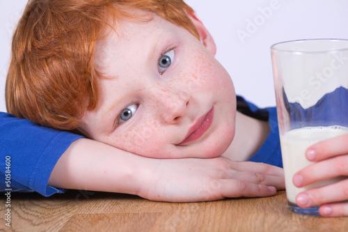 Kleiner Junge mit Milchglas