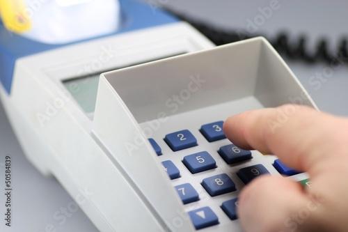 Eingabe der PIN am Kartenlesegerät - 50584839
