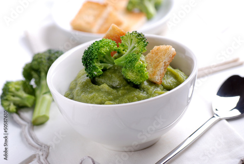 crema di broccoli con crostini in ciotola bianca