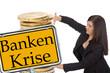 Geschäftsfrau mit Euro Münzen und Schild - Bankenkrise