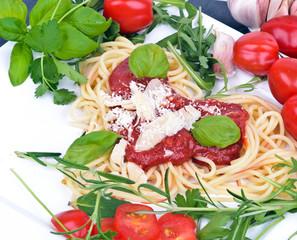 Italienische Vorspeise: Herz aus Spaghetti mit Tomatensauce