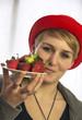 Mädchen präsentiert frische Erdbeeren