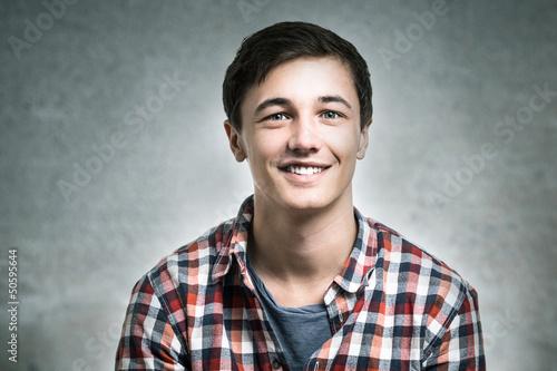 Junger Mann blickt in die Kamera
