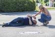 Mann mit Herzinfarkt erhält erste Hilfe