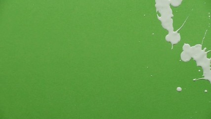Farbspritzer auf gruenem Hintergrund