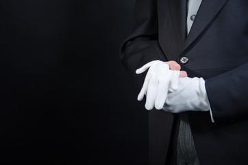 Butler mit weißen Handschuhen