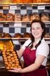 junge verkäuferin in der bäckerei
