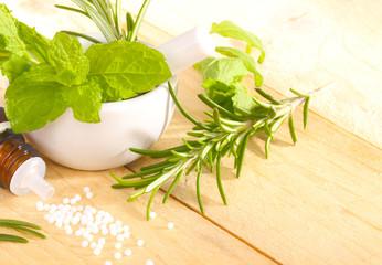 Globuli, Heilpflanzen, Stößel und Mörser