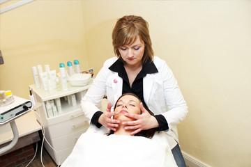 Kosmetikerin bei einer Gesichtsmassage